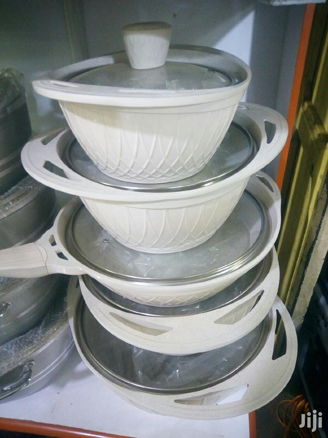 Its A 5pcs Non Sticking Serving Dishes