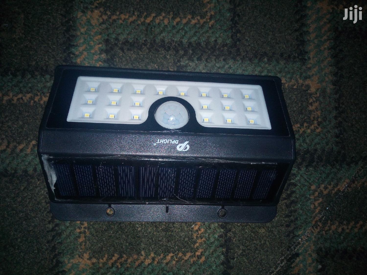 Solar Motion Sensor Security Light With Auto on and Off Func