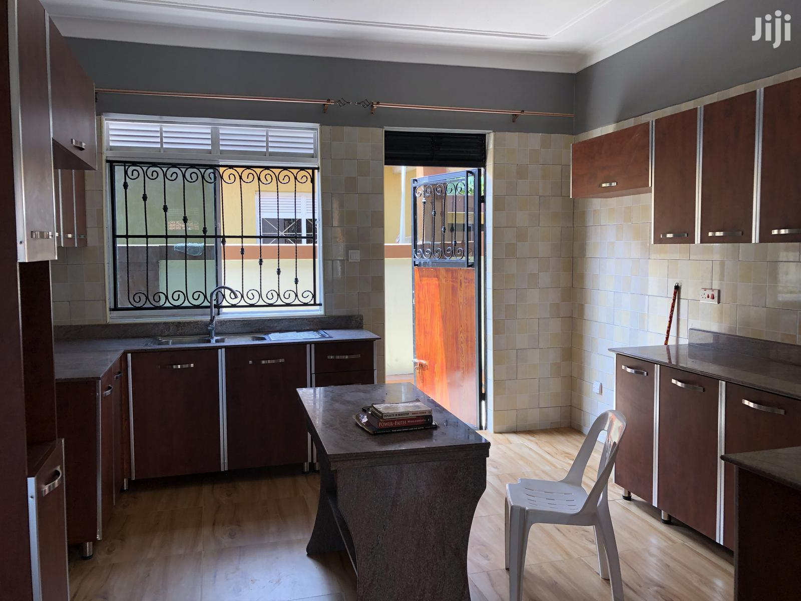Kira Posh Bungalow In Tarmacked Neighborhood On Quick Sell | Houses & Apartments For Sale for sale in Kampala, Central Region, Uganda