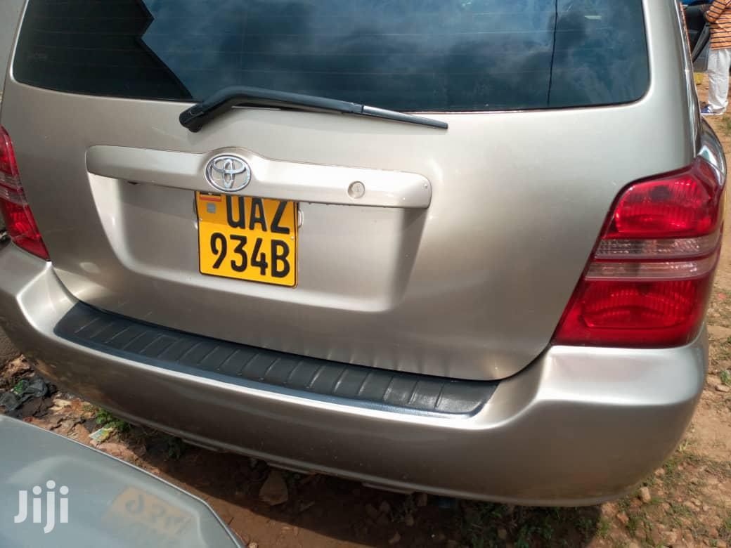 Archive: Toyota Kluger 2000 Gold